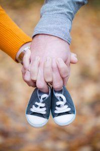 Zwangerschapsshoot schoentjes handen