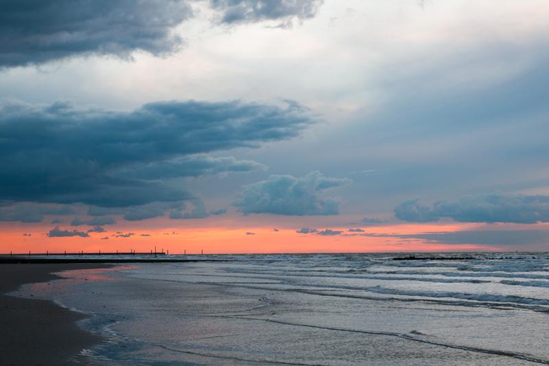 Westende - Zonsondergang kust dreigende wolken