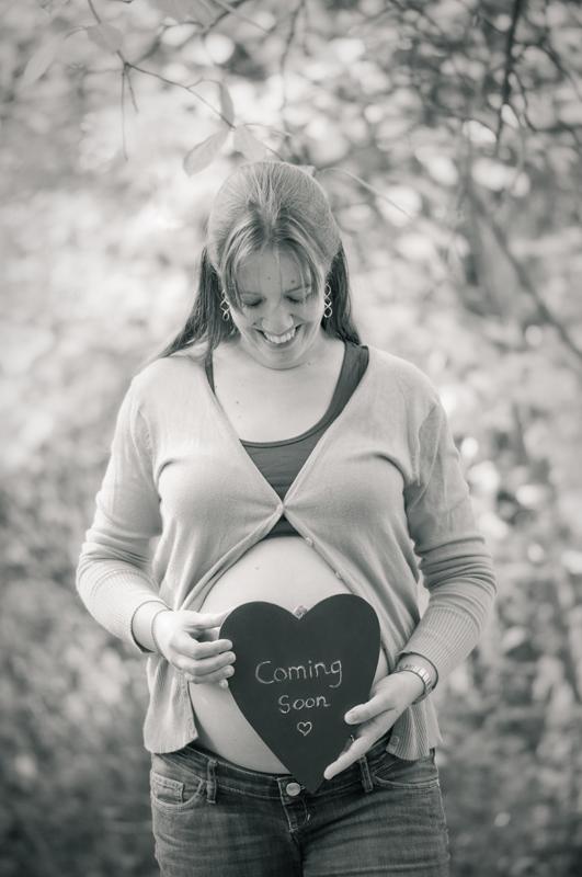 Zwangerschapsshoot in het bos - krijtbord hartvorm zwart-wit